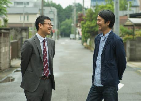 マイタウン薬局春日井店の近くを歩きながら、慣れない撮影に苦笑いをする二人。