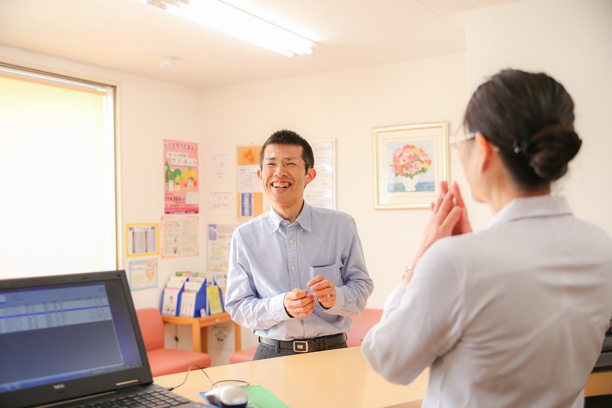 マイタウン薬局の薬剤師と、介護や薬の情報交換を行う。